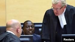 2013年5月14日坐在中間的肯尼亞副總統威廉姆盧托出庭在海牙的國際刑事法庭的情況