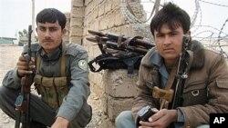 Cảnh sát Afghanistan canh gác trước cổng chính của cơ sở dân sự-quân sự chung ở Lashkar Gah, tỉnh Helmand, nơi 2 binh sĩ Anh bị một binh sĩ Afghanistan bắn chết, ngày 26/3/2012