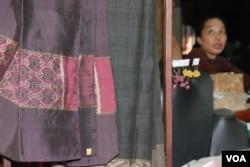 ហូលខ្មែរ ត្រូវបានផលិតនៅអង្គការ Institute of Khmer Traditional Textiles ក្នុងខេត្តសៀមរាប កាលពីថ្ងៃទី២១ ខែកក្កដា ឆ្នាំ២០២០។ (ផន បុប្ផា/វីអូអេ)