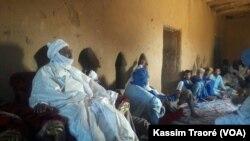 Le chef de la tribu Kel Ansar vient de boucler une tournée de 10 jours à Tombouctou, Taoudenit et dans le camp des réfugies en Mauritanie, le 15 octobre 2017. (VOA/Kassim Traoré)