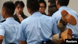 Seorang demonstran yang ditangkap oleh polisi Hong Kong (2/7).