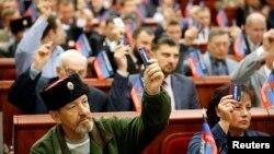 Suasana pemungutan suara dalam sesi pertama parlemen lokal baru dari Republik Rakyat Donetsk, yang memproklamirkan diri, di Donetsk, Ukraina Timur (14/11). (Reuters/Maxim Zmeyev)