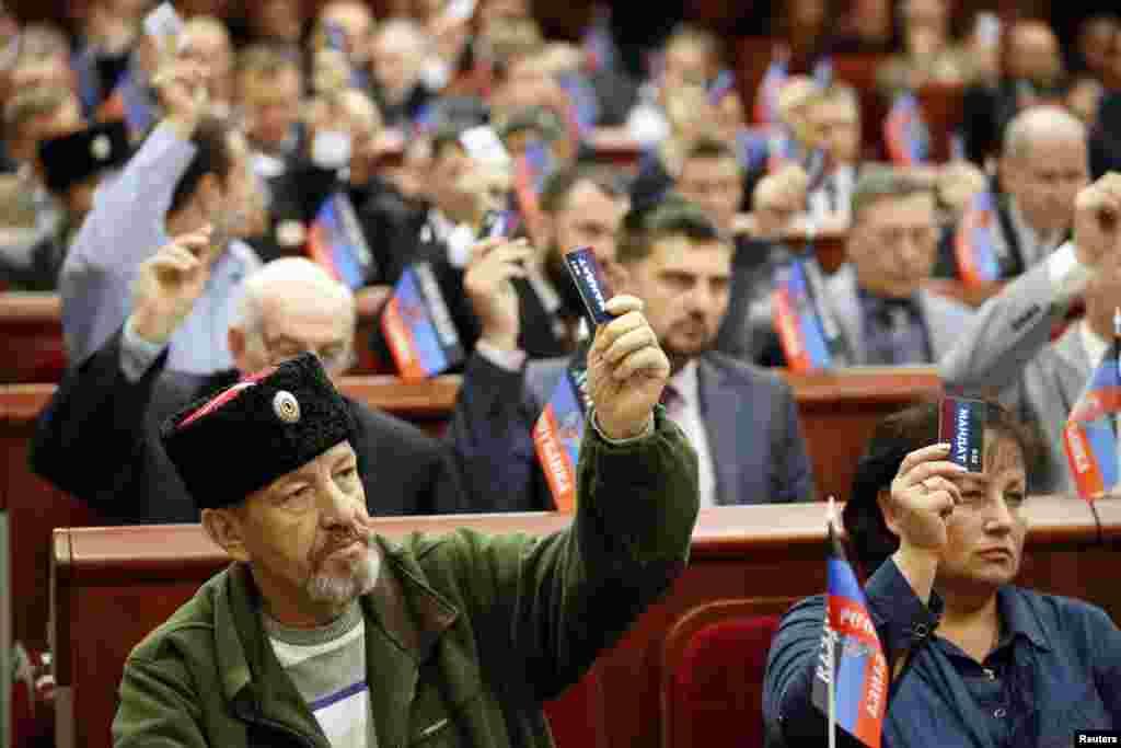 Người tham dự bỏ phiếu trong phiên họp đầu tiên của Quốc hội địa phương mới của nước Cộng hoà Nhân dân Donetsk tự xưng ở Donetsk, miền đông Ukraine.