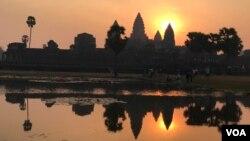 រូបភាពព្រះអាទិត្យរះ នៅលើកំពូលប្រាសាទអង្គរវត្ត កាលពីព្រឹកថ្ងៃទី១៧ កុម្ភៈ ២០១៧ នៅក្នុងខេត្តសៀមរាម ប្រទេសកម្ពុជា។ (នៅ វណ្ណារិន/VOA Khmer)
