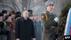 Владимир Путин возлагает венок на Пискаревском кладбище