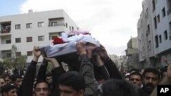 희생자의 관을 옮기는 시리아 반정부 시위대