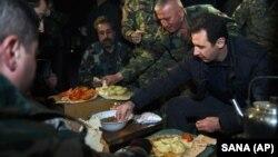 Tổng thống Syria Bashar al-Assad cùng ăn với các binh sĩ khi đi thăm quận Jobar, Syria, 31/12/14