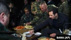 새해 하루 전인 31일 밤 시리아의 바샤르 알 아사드 대통령(오른쪽)이 수도 다마스쿠스 외곽 최전선을 방문했다.