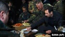 تصویر منتشر شده خبرگزاری دولتی سوریه که بشار اسد را در کنار نیروهای حامی دولت نشان می دهد