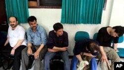 在印度尼西亚警察局等候处理的阿富汗非法移民嫌疑人,他们意图偷渡前往澳大利亚