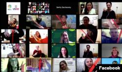 Учасники перерізають стрічку під час урочистої онлайн-церемонії