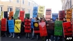 """Öğrencilerin ellerindeki afişlerde yeni hükümet için """"bankerler hükümeti"""" yazılı"""