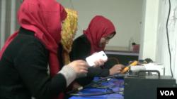 """صاحبان ترمیمگاۀ """"موبایل بانو"""" کار شان را با ۷۰ هزار افغانی آغاز کردند."""