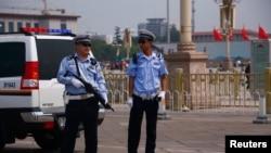 중국 톈안먼 사태 25주년을 맞은 4일 베이징 톈안먼 광장 주변에서 무장 경찰들이 경계 근무 중이다.