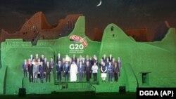 Foto pemimpin negara-negara anggota G20 ditampilkan di dinding Istana Salwa, At Turaif, Sabtu, 20 November 2020.