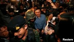 Bivši ministar za obrazovanje na Tajlandu, Čaturon Čaisang posle obraćanja novinarima