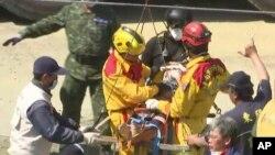 2016年2月8日台灣救援人員在台南地震現場搜救倖存者。
