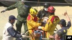 Uno de los rescates fue el de Lee Tsung-tien, de 42 años, que fue sacado consciente del edificio derrumbado por el terremoto que sacudió Tainán.