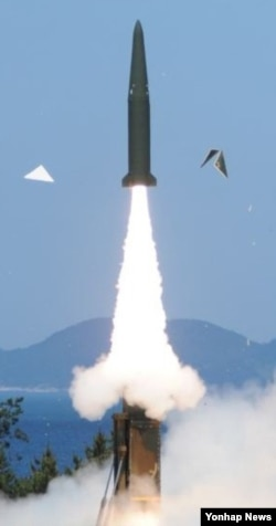 한국 국방부가 지난해 6월 현무-2B 탄도미사일 시험발사 장면을 찍은 사진을 공개했다. (자료사진)