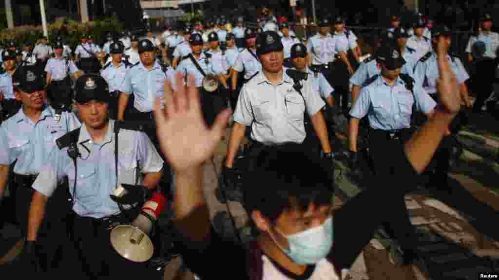 Dalibai da 'yan sandan kwantar da tarzoma suna cigaba da fito na fito a Hong Kong yayin da zanga zangar da daliban suka fara na yaduwa, Satumba 29, 2014.