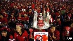 Chừng 15 ngàn người thuộc phe Áo Đỏ tụ tập gần đài kỷ niệm Dân chủ tại Bangkok đòi trả tự do cho 18 thủ lãnh của phong trào bị giam giữ từ năm ngoái, 13/2/2011