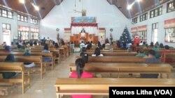 Pemberlakuan jaga jarak dalam pelaksanaan kebaktian natal di Gereja Kristen Sulawesi Tengah (GKST) Jemaat Elim Maliwuko. Jumat (25/12/2020. (Foto: Yoanes Litha)