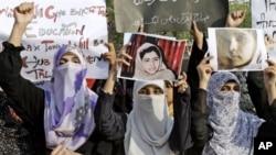 Puluhan perempuan Pakistan di Lahore melakukan demonstrasi menentang serangan Taliban dan mendukung Malala Yousufzai, Rabu (10/10).