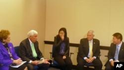 沃尔夫众议员(Rep. Frank Wolf)与维权人士见面(左二开始:沃尔夫众议员、李晶、卡特众议员、傅希秋)