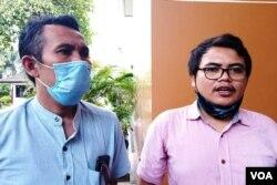 Ketua Bapelklas GKJ Gunungkidul, Pendeta Dwi Wahyu Prasetyo (kiri) dan Budi Hermawan dari LBH Yogyakarta. (Foto:VOA/Nurhadi)