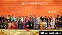 ပထမအႀကိမ္က်င္းပတဲ့ ျပည္ေထာင္စု ၿငိမ္းခ်မ္းေရးညီလာခံကို တက္ေရာက္လာေသာ အမ်ိဳးသမီးမ်ား (Photo credit to Myanmar Peace Center)