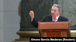 El presidente de Cuba, Raúl Castro, habla durante una ceremonia en el Capitolio en La Habana, Cuba, 24 de febrero de 2018.