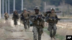 Binh sĩ thủy quân lục chiến Mỹ từ Căn cứ Okinawa, Nhật Bản, trong một cuộc tập trận chung Mỹ-Hàn ở Pohang, phía nam Seoul.