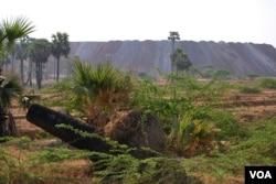 缅甸蒙育瓦莱比塘矿区。(美国之音朱诺拍摄,2013年2月25日)
