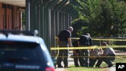 Polisi memeriksa lingkungan Sekolah Dasar Townville di Townville, South Carolina (28/9), menyusul penembakan di sana. (AP/Rainier Ehrhardt)