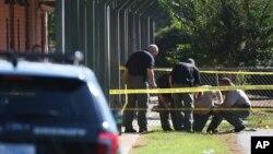 南卡罗来纳州唐威尔小学校发生枪击后执法人员在现场调查。(2016年9月28日)
