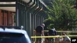 Polisi memeriksa kawasan di sekitar Sekolah Dasar Townville di Townville, South Carolina (28/9), menyusul insiden penembakan di sana.