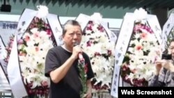 支联会举行清明献花悼念六四死难者(网络视频截图)
