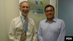 Wicahyo Ratomo, Ketua Komite Tetap untuk Pengembangan Investasi Luar Negeri, KADIN (kanan) bersama Dr. Norman Goodman, Kepala Siaran Bahasa Indonesia VOA dalam kunjungannya ke kantor VOA (11/10).