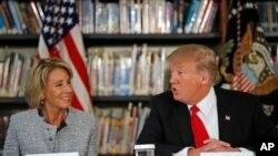 Predsednik Tramp i sekretarka za obrazovanje Betsi Devos.