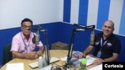 Os apresentatores do programa Encontro DX Cassiano Macedo, à esquerda, e José Moura, à direita, nos estúdios da Rádio Aparecida