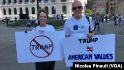Dua penentang Donald Trump melakukan aksi protes di Cleveland, Ohio Senin (18/7).