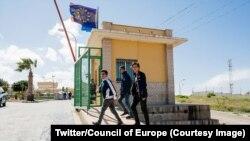 Quelques personnes marchent devant un poste frontalier en Espagne, 6 septembre 2018. (Twitter/Council of Europe)