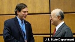 미국의 앤드류 쇼퍼 오스트리아 빈 주재 국제기구대표부 임시 대리대사(왼쪽)가 아마노 유키야 국제원자력기구 사무총장과 대화하고 있다. (자료사진)