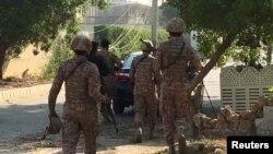 中國駐卡拉奇總領事館外的巴基斯坦保安部隊和警察(2018年11月23日)