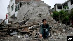Un hombre observa los destrozos de un terremoto en Lushan en abril de 2013. Un sismo similar ocurrió este miércoles12 de febrero.