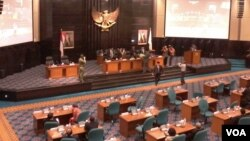 Tim Angket DPRD DKI Jakarta menyerahkan hasil investigasi kepada Pimpinan DPRD DKI, Senin 6/4 (VOA/Andylala).