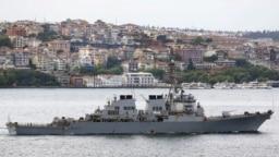 есмінець США Ross проходить через Босфор, 2015