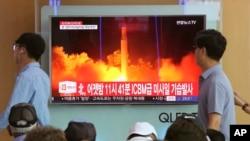 Dân Hàn Quốc theo dõi TV chiếu cảnh cuộc thử nghiệm phi đạn đạn đạo liên lục địa của Bắc Triều Tiên hôm 29/7/17