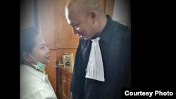 Meiliana berbicara dengan pengacaranya, Ranto Sibarani di Pengadilan Negeri Medan (Courtesy: R. Sibarani).