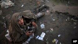 یک فرد معتاد در حال مصرف تریاک در مرکز کابل - آرشیو